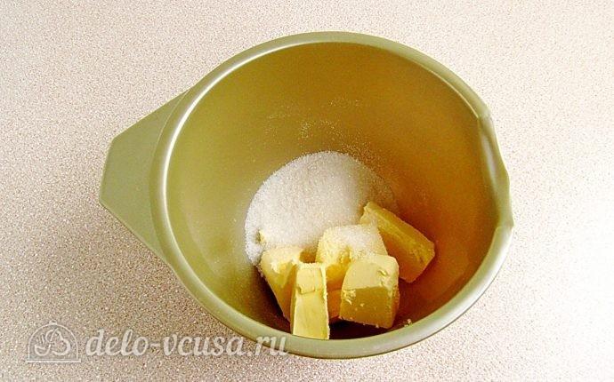 Эклеры со сливочно-сметанным кремом: В емкость для взбивания выложим размягченное сливочное масло, порезанное кусочками, и всыпаем сахар