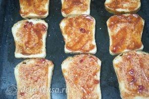 Горячие бутерброды с фаршем: Смазать хлеб кетчупом