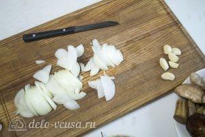 Грибы запеченные: Нарезать и обжарить лук