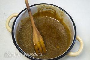 Карамельный медовик с апельсиновым кремом: Влить сливочное масло