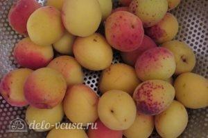 Компот из абрикосов и черной смородины на зиму: Перебираем абрикосы