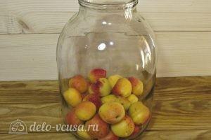 Компот из абрикосов и черной смородины на зиму: Кладем абрикос в банки