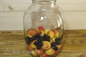 Компот из абрикосов и черной смородины на зиму: Добавляем смородину