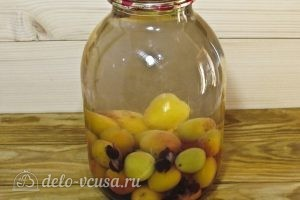 Компот из абрикосов и черной смородины на зиму: Заливаем воду в банки