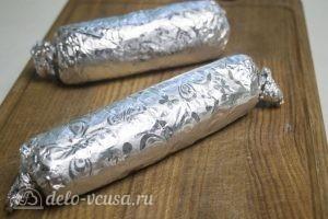 Куриный рулет с рисом: Завернуть рулет в фольгу и запечь