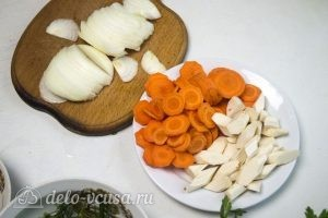 Маринованные помидоры с морковью: Нарезать морковь, лук, хрен