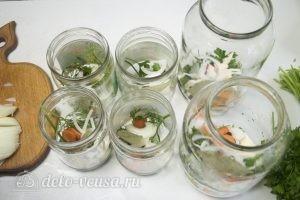 Маринованные помидоры с морковью: В каждую банку разложить немного зелени, горошин перца, колец лука, моркови, хрена и чеснока