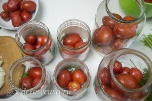Маринованные помидоры с морковью: Выложить в банки слой помидоров