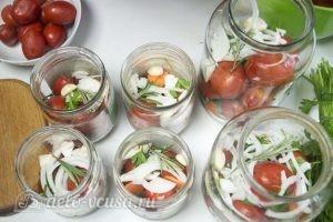 Маринованные помидоры с морковью: Затем повторить слой моркови, лука, чеснока и зелени