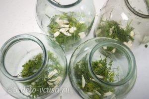 Маринованные помидоры: В чистую банку на дно поместить чеснок, зелень, горошины перца, лавровый лист и хрен