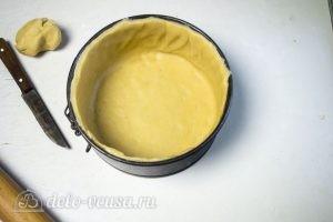 Овощной пирог: Тесто перенести в форму
