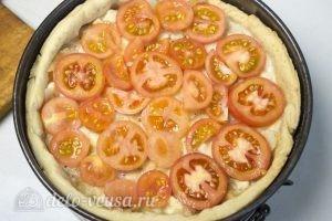 Овощной пирог: Выложить начинку. Залить все заливкой, а сверху выложить слой помидоров