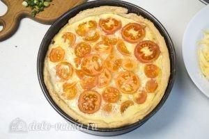 Овощной пирог: В конце выпечки посыпать пирог натертым сыром гауда и нарезанным луком