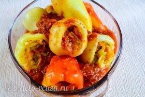 Перец, фаршированный овощами: Полить томатным соком и поставить в духовку