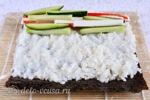 Роллы с крабовыми палочками: Выложить на рис начинку