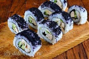 Роллы с огурцом, курицей и тофу: Разрезать ролл на порции