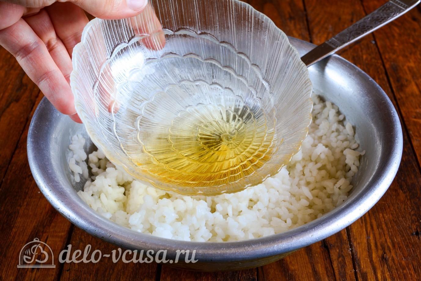 Роллы с огурцом, курицей и тофу: Заправить рис маринадом
