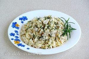 Салат с кальмарами и рисом готов