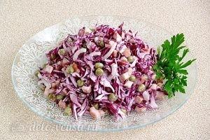 Салат из краснокочанной капусты с колбасой готов