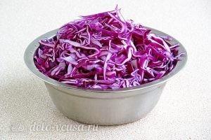 Салат из краснокочанной капусты с колбасой: Порезать капусту