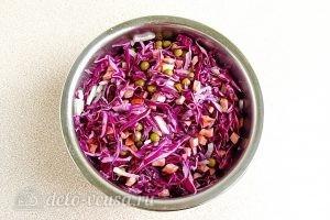 Салат из краснокочанной капусты с колбасой: Перемешать смесь