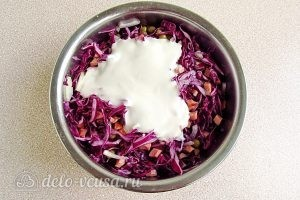 Салат из краснокочанной капусты с колбасой: Заправить майонезом