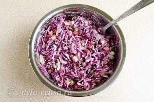 Салат из краснокочанной капусты с колбасой: Хорошо перемешать салат