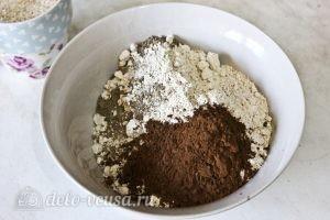 Шоколадный кекс с вишней: Смешать муку с какао