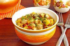 Сыроежки, тушенные с овощами в сметанном соусе