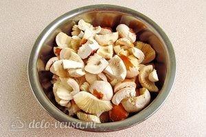 Сыроежки, тушенные с овощами в сметанном соусе: Нарезаем грибы