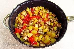 Сыроежки, тушенные с овощами в сметанном соусе: Все перемешиваем
