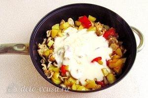 Сыроежки, тушенные с овощами в сметанном соусе: Поливаем соусом