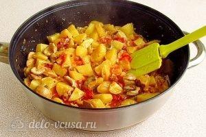 Сыроежки, тушенные с овощами в сметанном соусе: Все перемешиваем, закрываем крышкой и на слабом огне тушим в течение 20–30 минут