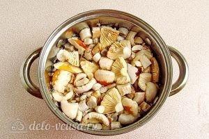 Сыроежки, тушенные с овощами в сметанном соусе: Заливаем грибы водой и отвариваем в течение 10 минут