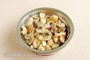 Сыроежки, тушенные с овощами в сметанном соусе: Снова выкладываем грибы на дуршлаг и сцеживаем отвар