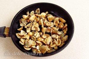 Сыроежки, тушенные с овощами в сметанном соусе: Обжариваем грибы
