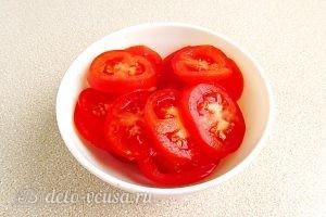 Сыроежки, тушенные с овощами в сметанном соусе: Помидоры моем и нарезаем