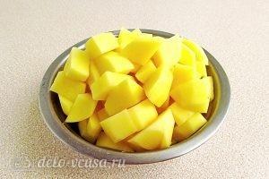 Сыроежки, тушенные с овощами в сметанном соусе: Картофель очищаем, моем и нарезаем на кубики