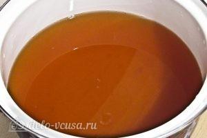 Варенье из абрикосов половинками: Вновь сливаем жидкую часть варенья и ставим его кипятить