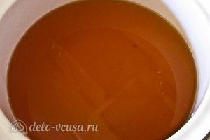 Варенье из абрикосов половинками: Сливаем сок с сиропом в другую кастрюлю