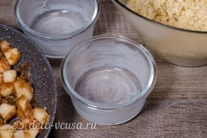 Яблочный крамбл: Форму смазать маслом