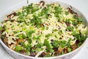 Запеченные кабачки: В конце готовки посыпать натертым сыром и нарезанным луком