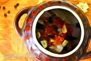Жаркое с курицей и черносливом в горшочках: Сверху кладем томаты и чеснок