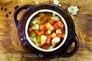 Жаркое с курицей и черносливом в горшочках: Далее картошку и болгарский перец