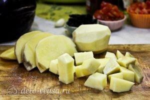 Жаркое с курицей и черносливом в горшочках: Кубиками порезать картофель