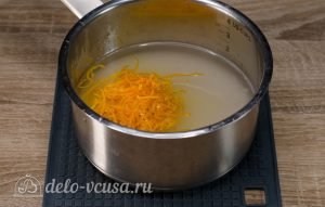 Апельсиновый кекс с пропиткой: Соединить цедру с сахаром и водой