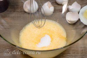 Апельсиновый кекс с пропиткой: Добавить частями сахар