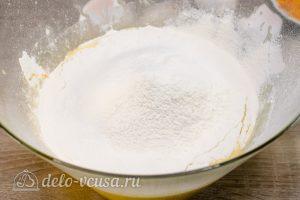 Апельсиновый кекс с пропиткой: Добавить муку и разрыхлитель