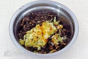 Картофельные зразы с грибами: Добавить лук, соль и перец