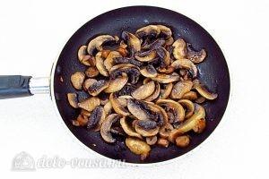 Картофельные зразы с грибами: Обжарить грибы на сковороде